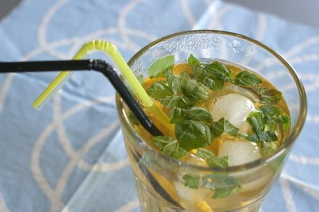 Lemoniada z melisą i cytryną na upały