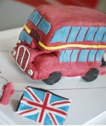Tort autobus z cukrowej masy plastycznej