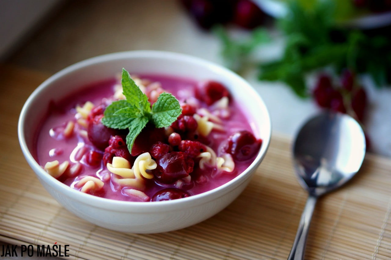 Letnia zupa owocowa – wiśnie, truskawki, porzeczki, jabłka, śliwki