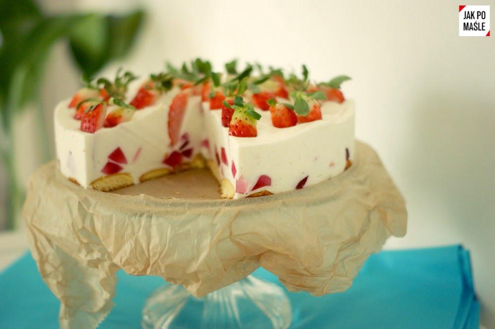 tort jogurtowy z truskawkami