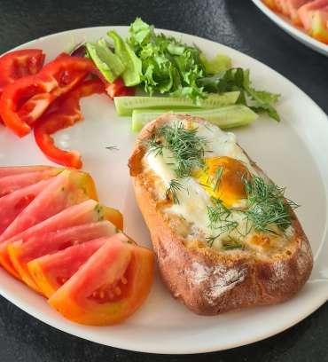 pieczone jajka w bułce ze sledziem